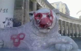 Il leone del colonnato di piazza del Plebiscito.