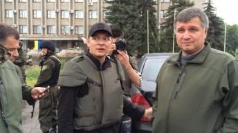 Lyashko col giubbotto antiproiettile insieme al leader di Pravy Sektor.
