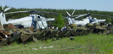 Blindati ed elicotteri abbandonati nel deposito di Rossokha.