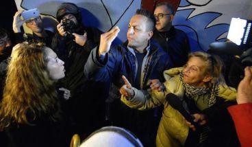 La senatrice del M5s Paola Taverna mentre si scontra con Sandra Zammataro (la signora che punta il dito), candidata l'anno scorso con il Pd alle municipali.