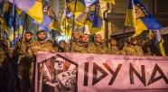 Paramilitari del battaglione Azov sfilano per le strade di Kiev.