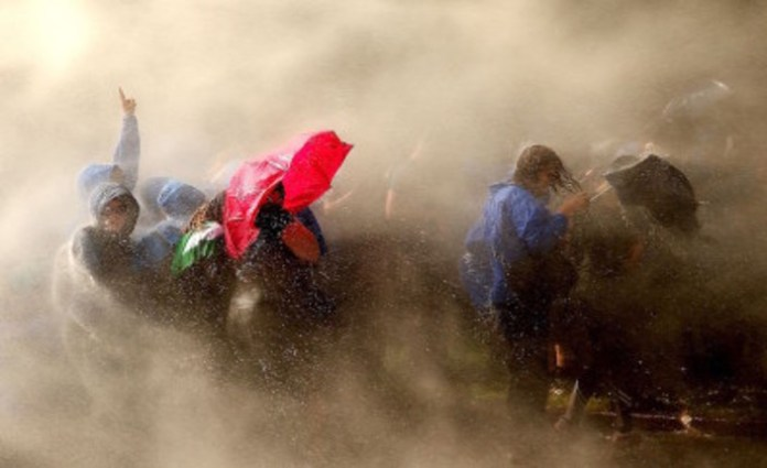 Cannonate d'acqua sulla protesta contro il G20 ad-Amburgo (DAVID YOUNG/AFP/Getty Images)
