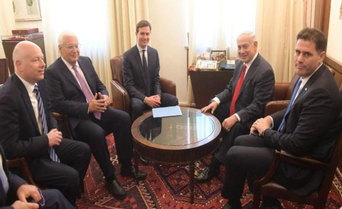 Da sinistra: David Greenblatt, David Friedman, Jared Kushner, Benjamin Netanyahu e l'ambasciatore di Israele in USA Ron Derm