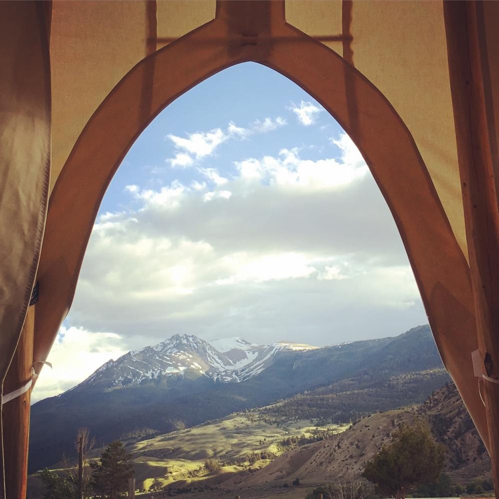 views-yellowstone-park-north-entrance-dreamcatcher-tipi-hotel