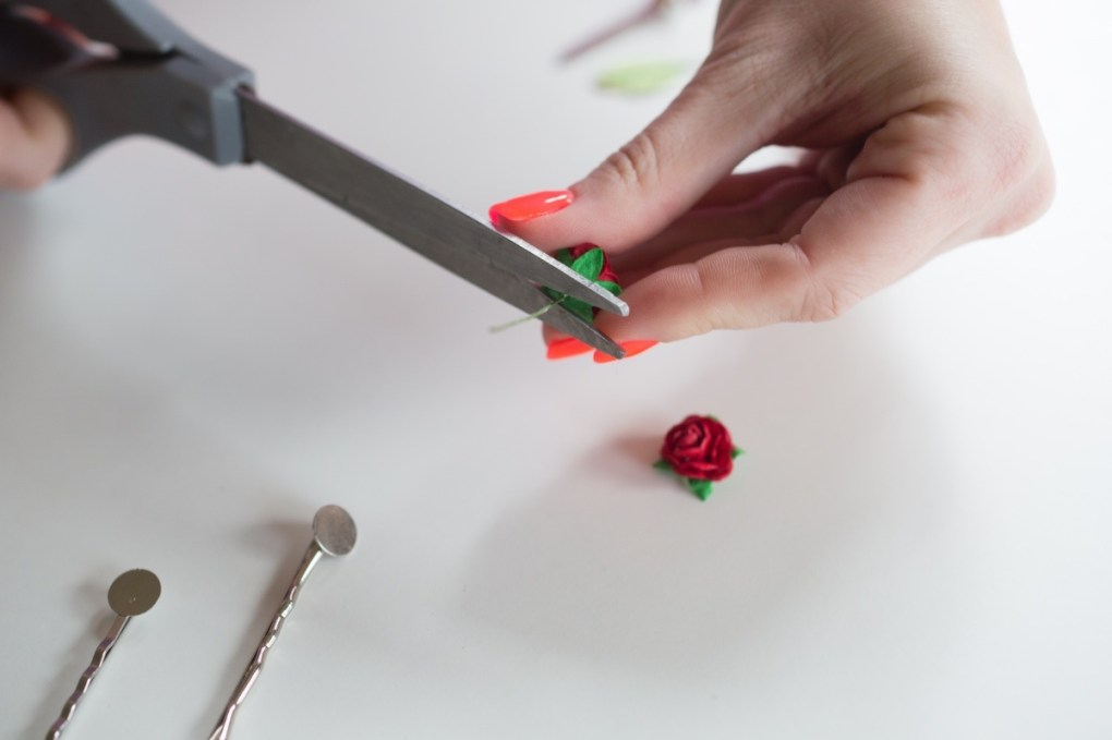 cut the wire from the paper flowers diy flower barrettes tutorial