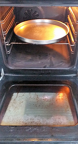 Moja izkušnja - čiščenje pečice s sodo bikarbono / PorabimanjINFO / Ilustracija: Branko Baćović
