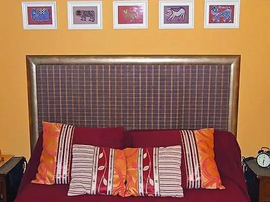Cabecero para cama de matrimonio hecho a partir de una alfombra.