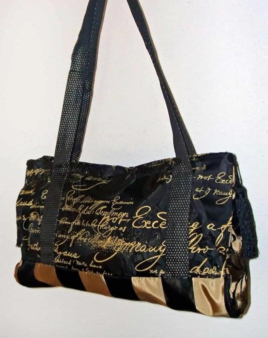 Un bolso hecho con tela de tapiceria