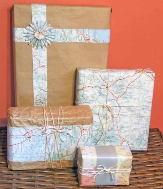 Regalos envueltos con papel kraft y mapas