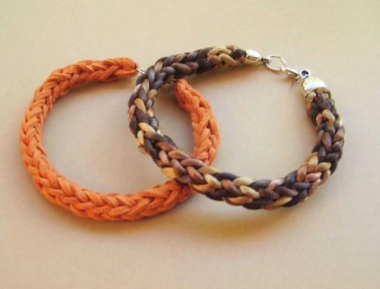 Cómo tejer una pulsera con dos agujas y aprovechar restos de lana