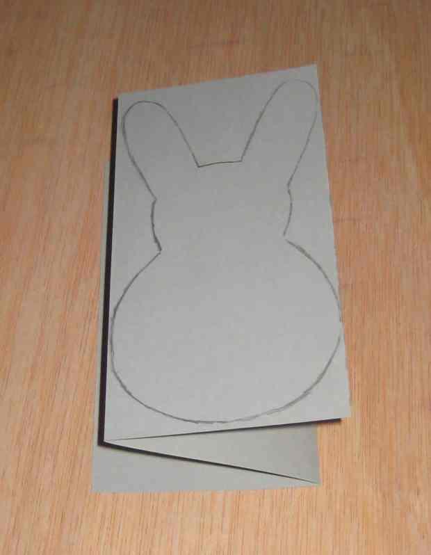 Dobla la cartulina en tres para cortar 3 siluetas a la vez.