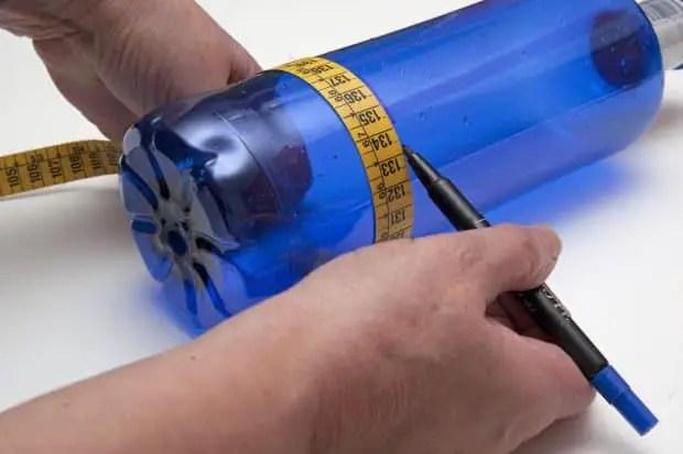 Reciclaje de botellas de plástico para hacer envases. Paso 1