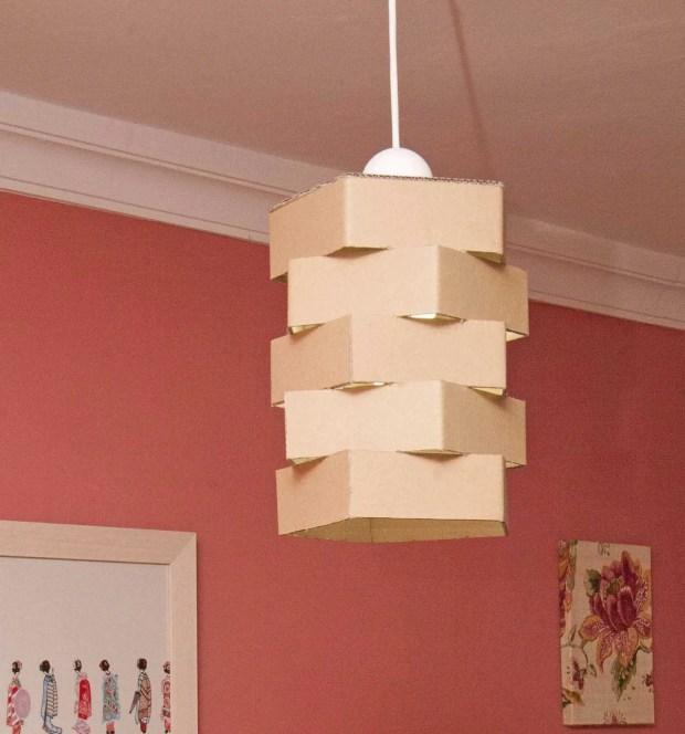 Pantalla de lámpara hecha con cartón