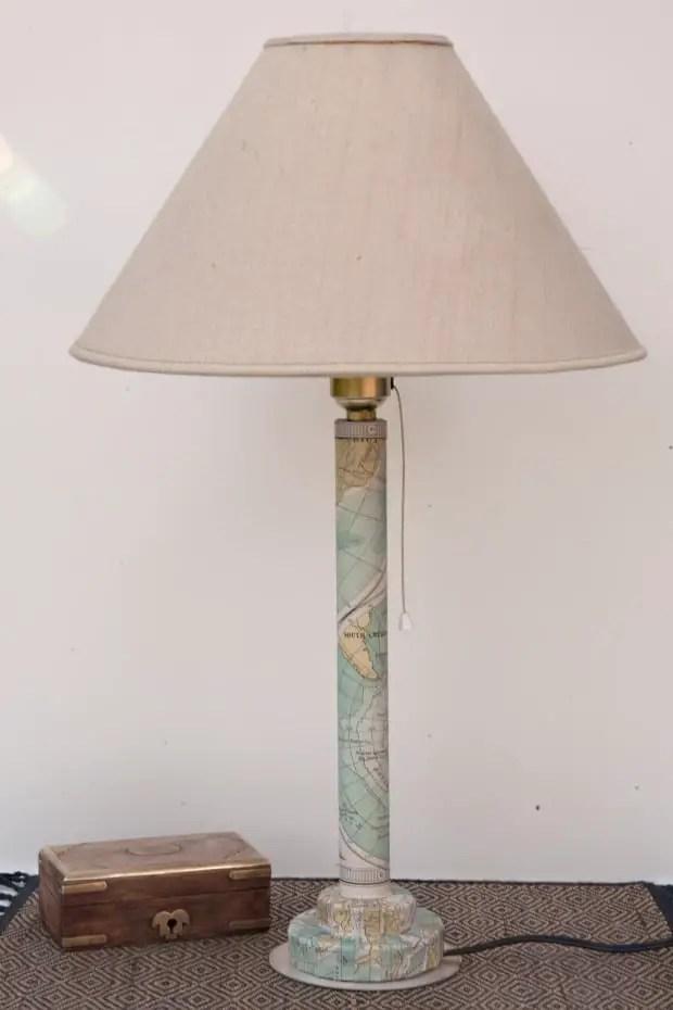 Pié de lámpara hecho con un tubo de cartón reciclado.