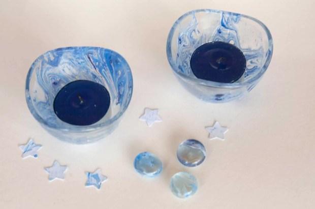 Portavelas de vidrio decorados con la técnica del marmoleado con esmalte de uñas