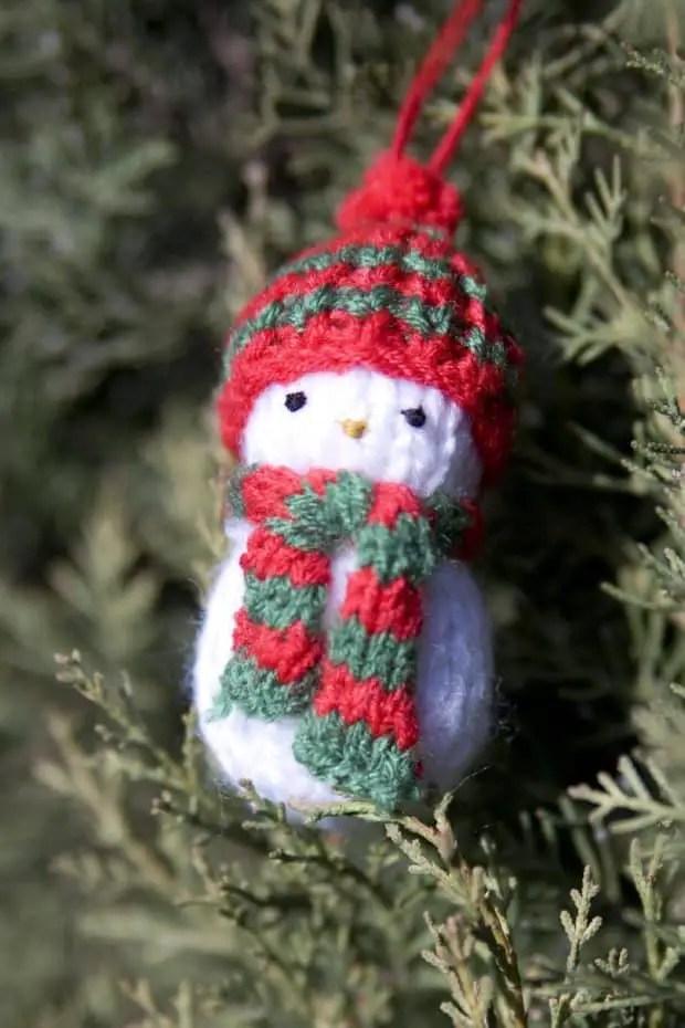 tejer un muñeco de nieve para colgar en el árbol de navidad