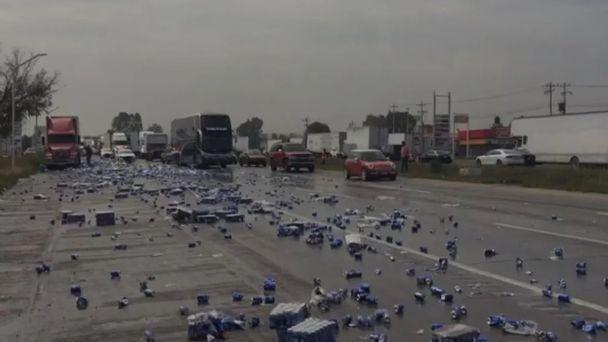 Vuelca tráiler que transportaba cerveza y pobladores usan carretas para  robarla (VIDEO) | PorEsto
