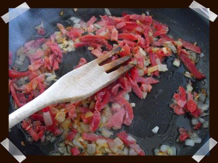 Pochamos la cebolla y el jamón