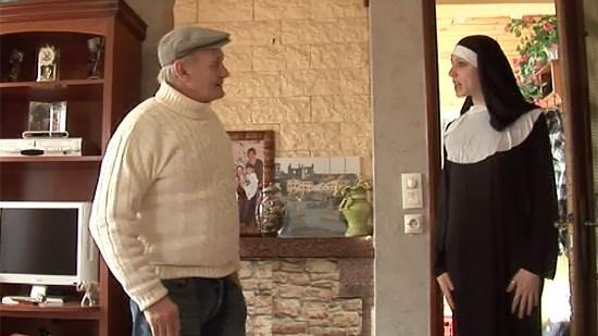 Un papy et son acolyte dévergondent une femme en uniforme