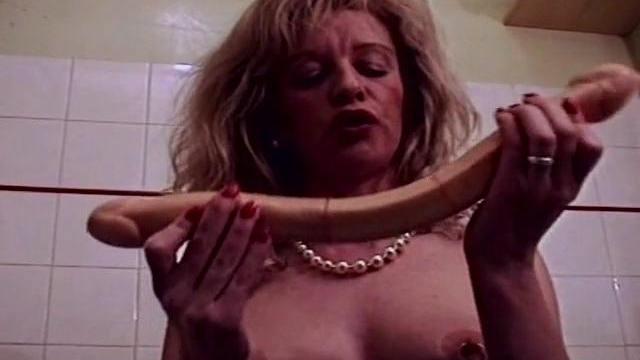 Masturbation et fist fucking pour une blonde mature salope.