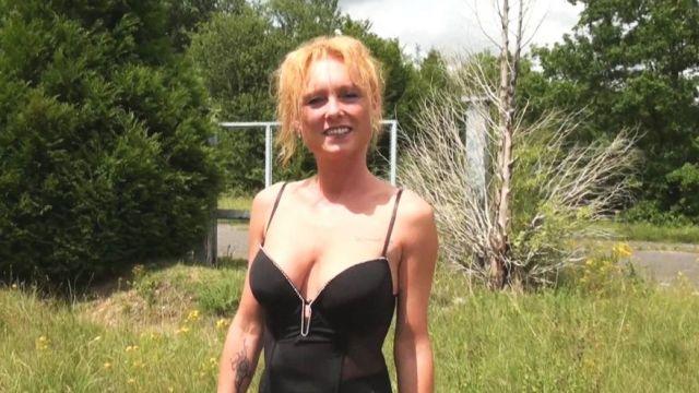 Une pétasse blonde mature suce et baise avec un étalon black