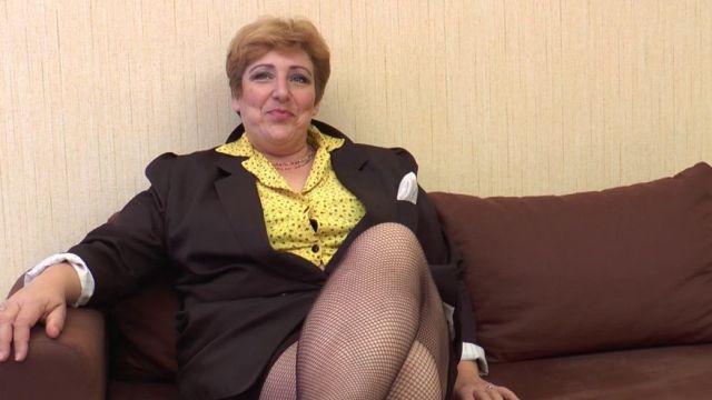 Sophia, 50 ans, une grosse salope qui aime éduquer les petits jeunes ! (vidéo exclusive)