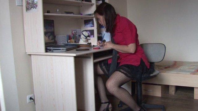En pleine révision des cours d'anatomie, elle passe à la pratique !