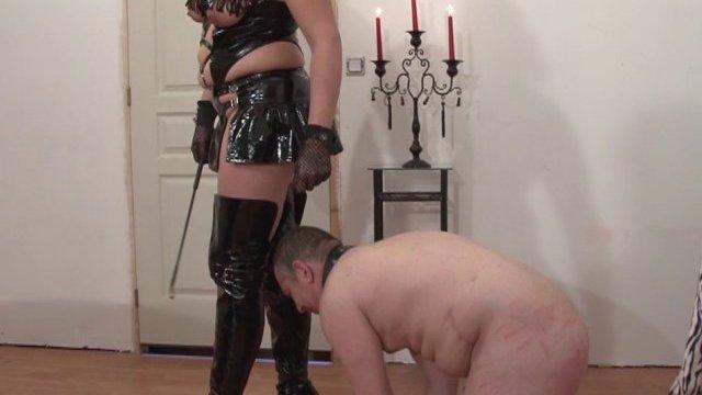 Une grosse maîtresse s'occupe de son esclave.