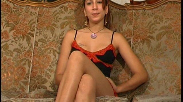Iris, à seulement 19 ans, est hôtesse dans un bar et amatrice de porno!