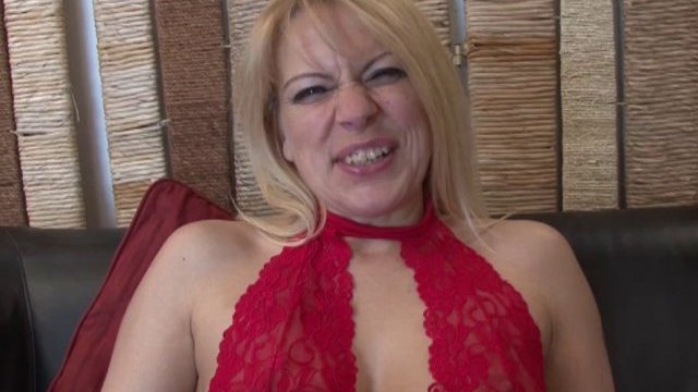 Venus lova, milf blonde venue de belgique, initiée à la sodo!
