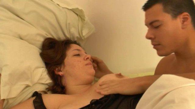 Claire nous exhibe ses gros seins laiteux et se fait baiser comme une salope!