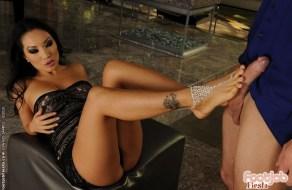 fotos La reina de el fetiche de pies Asa Akira nos muestra como lo hace