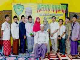 Prosesi foto panitia penyelenggara bersama pendiri Madrasah Al-Kusaeri, H. Agus Nuryadin selepas acara