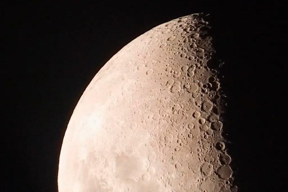 Fotografía de la luna tomada desde un telescopio en San Pedro de Atacama.