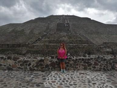 Foto con la Pirámide del Sol de Teotihuacán de fondo.