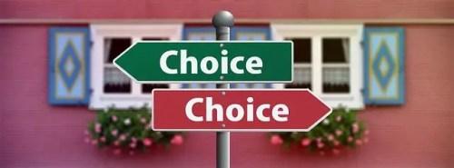Letreros de Choice apuntando en diferentes direcciones, con una casa roja de fondo.
