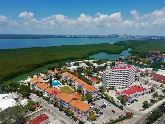 Vistas de manglares y hoteles de Cancún.