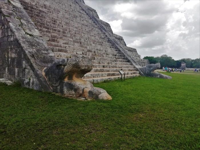 Base de la pirámide de Chichén Itzá.