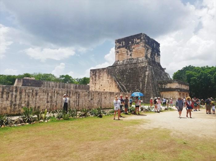 Turistas recorriendo Chichén Itzá.