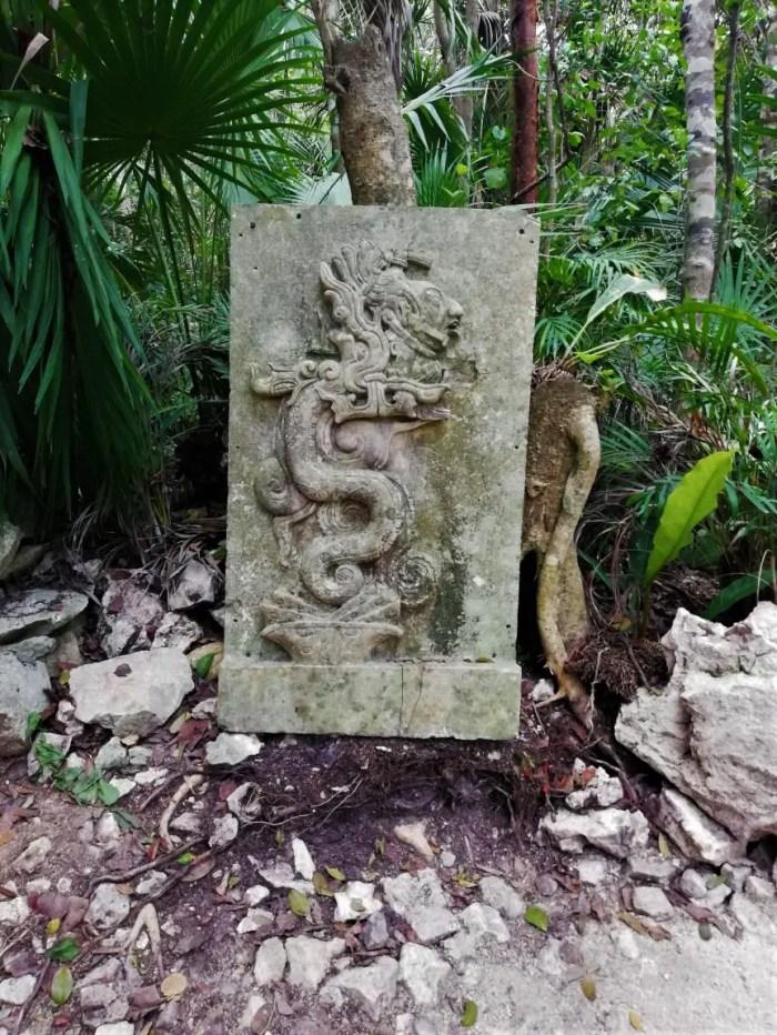 Figura en los caminos del Cenote Azul.