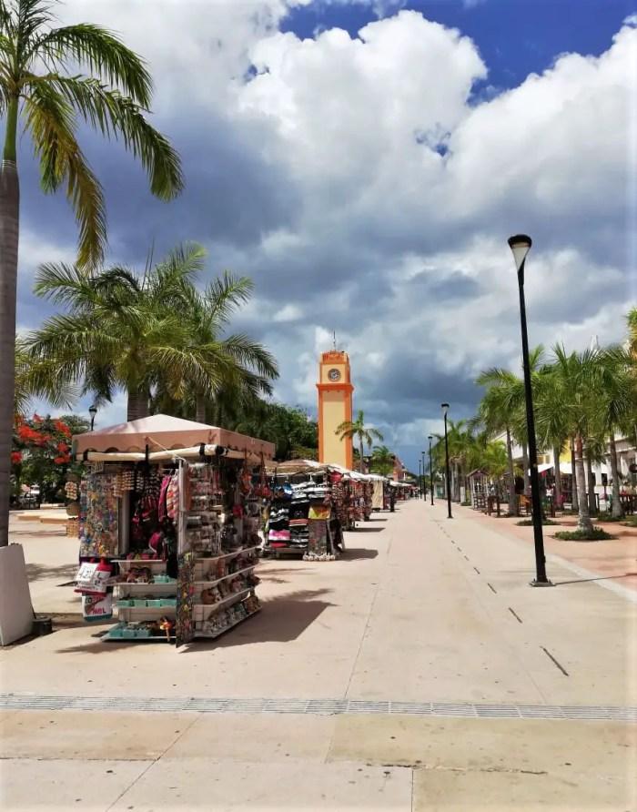 Recorriendo el centro de Cozumel durante el tour Cozumel Pluss.