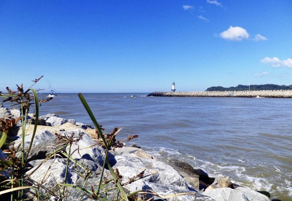 Vistas de Itajaí desde el Molhe de Navegantes.