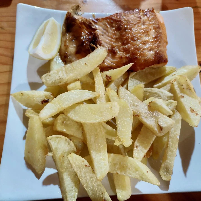 Salmón con papas fritas: plato típico de Chiloé.