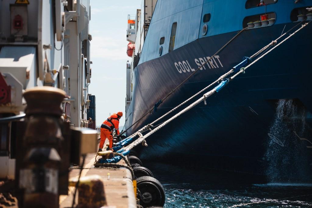 Fartyg angör kaj i Västhamnen med personalhantering.