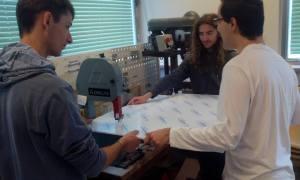 La scie à ruban un bon moyen de découper du plexiglas sans le casser. SI possible faites la découpe en magasin