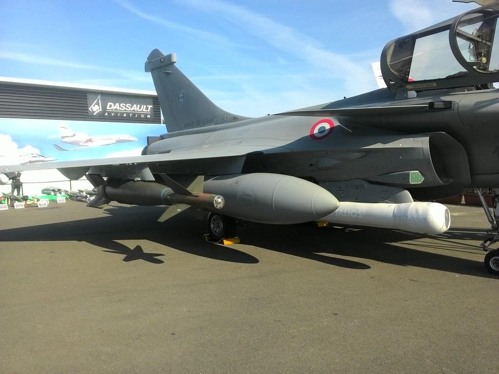 GBU-24 sous une aile de Rafale sur le stand Dassault au Bourget 2015. Il ne s'agit pas d'une configuration opérationnelle actuellement, mais certains clients pourraient être intéressés par un emport de 2 voire 3 GBU-24 sous un seul Rafale. Dassault assure que ce genre de développement ne poserait aucun problème particulier si la demande en était faite.