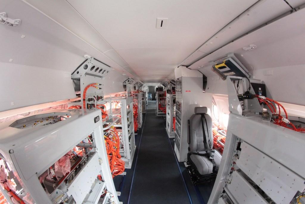 L'intérieur de la cabine du Fokker 100. A gauche les équipements et le brassage, et à droite les consoles d'opérateur