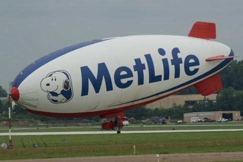 A60+ (American Blimp Corporation) aux couleurs de MetLife pour de la prise de vue aérienne (TV)