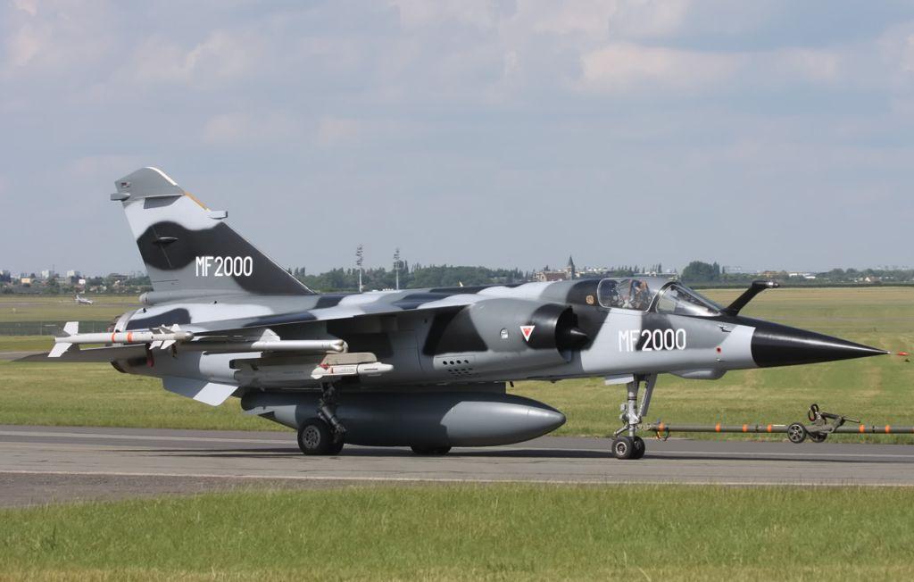 Mirage F1 MF2000 présenté au Bourget 2009. Modernisé par Sagem et Thalès, les Mirage F1 marocains portés au standard MF2000 sont aujourd'hui dotés d'un système d'arme de dernière génération, incluant un radar RDY-3, un cockpit de dernière génération, des missiles air-air MICA-IR et MICA-EM ainsi que la bombe guidée et propulsée AASM. A la même période, l'Armée de l'Air étudiait la possibilité de doter ses Mirage 2000D, plus récents, d'un système d'arme polyvalent similaire.