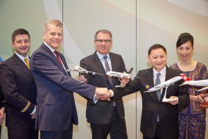 Vertragsunterzeichnung joint venture Lufthansa und Singapore Airlines. Harry Hohmeister, Chief Executive Officer Swiss International Air Lines AG, Mr. Goh Choon Phong ,  Chief Executive Officer  Singapore Airlines, Carsten Spohr, Chairman of the Executive Board and Chief Executive Officer. Frankfurt, den 11.11.2015